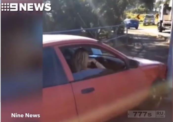 Пьяную мамашу нашли за рулем столкнувшегося автомобиля, а дети были пристегнуты на заднем сиденье.