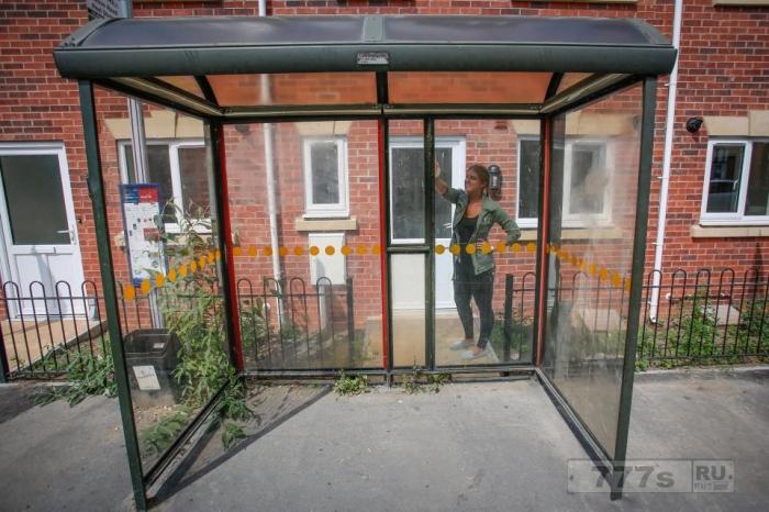 Двуспальный дом продаётся за 140 тысяч фунтов стерлингов, но на входе стоит автобусная остановка.