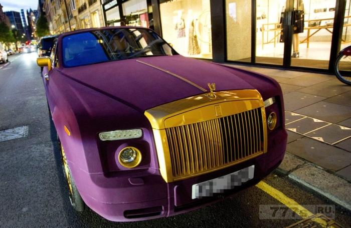 Крутые водители, припарковавшиеся у магазина Harrods, заработали штраф от полиции.