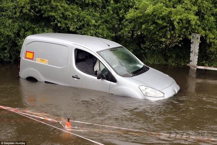 Машины застряли, пытаясь проехать через затопленную дорогу в Эссексе.
