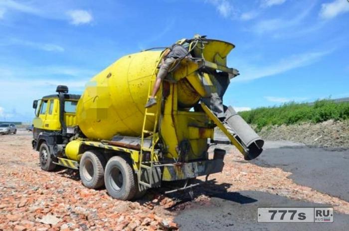 Водитель цементовоза засунул голову внутрь вращающегося цементного миксера, чтобы проверить неисправность и ему оторвало голову.