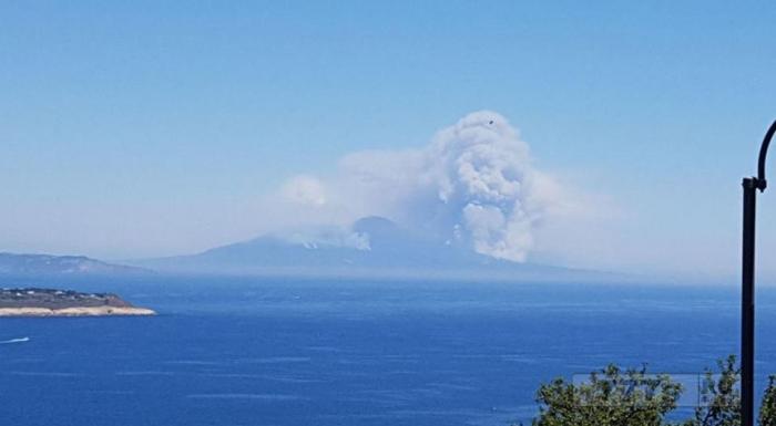 Гигантский череп появляется над итальянским вулканом Везувий.