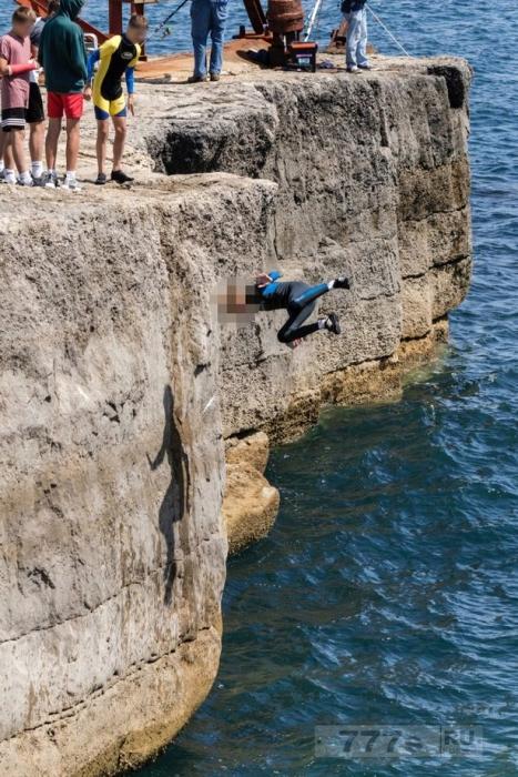 На разрывающем сердце снимке мальчик чуть не разбил голову о камень прыгнув со скалы.
