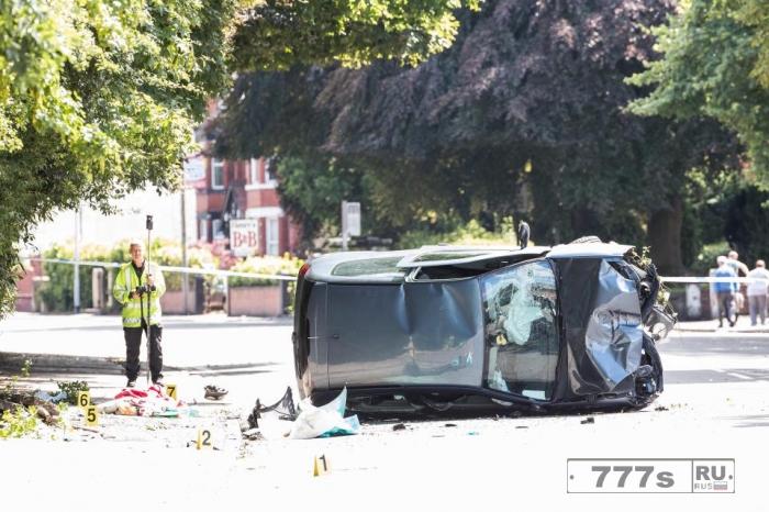 Пара ранена и находится в критическом положении после того, как «две машины проехали на красный свет».