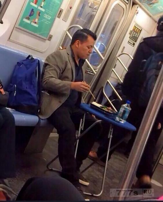 Самые странные фотографии из метропоездов со всего мира.