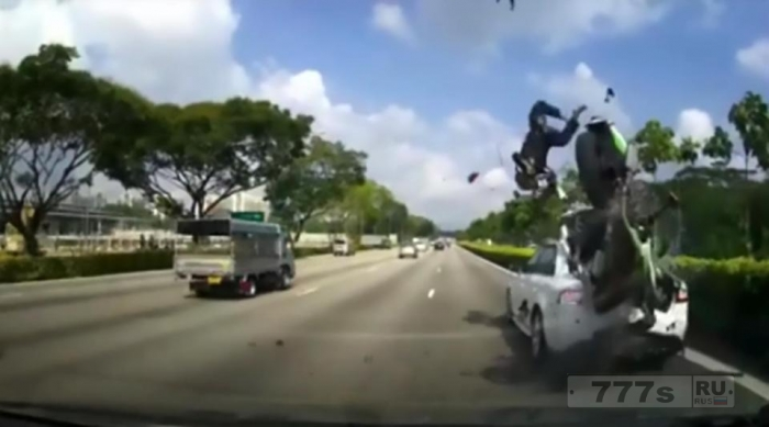 Шокирующий момент, мотоциклиста при столкновении выбрасывает на 20 метров вперед. Но и мотоциклист и его пассажир остались живы.