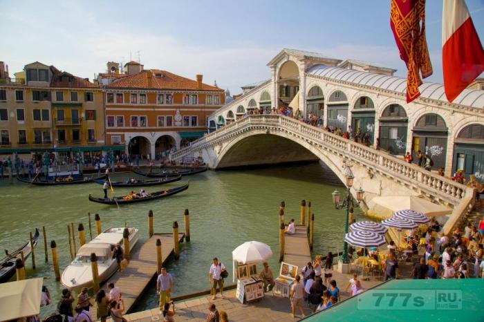 Теперь Венеция запрещает длинный список туристических мероприятий, таких как пикники ... штрафами до € 500.