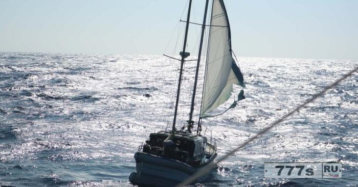Тайна одноногого британского моряка обнаруженного дрейфующим в Атлантике на яхте без еды и воды.