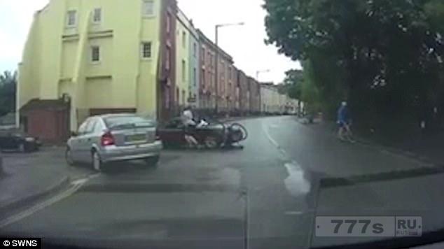 На видео велосипедист неоднократно бьет водителя машины на дороге после столкновения в Бристоле.