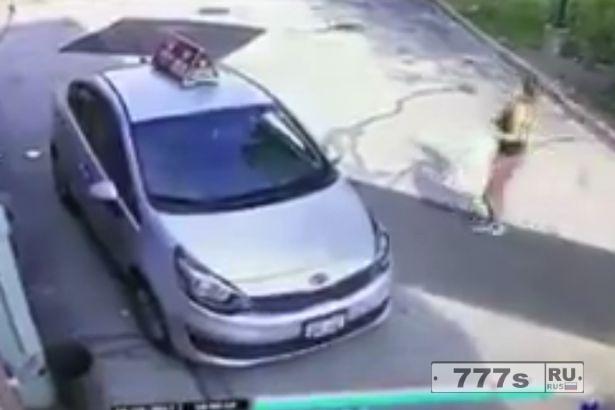 Пользуясь моментом, вор крадет машину доставки пиццы, когда водитель понес заказ.