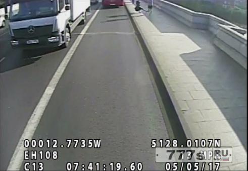Бегун трусцой в Лондоне, толкнул женщину под автобус.