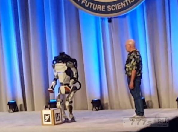 Робот Атлас из Boston Dynamics падает во время демонстрации своих умений.