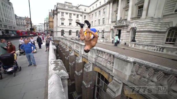 Смельчак выполняет безумный прыжок с переворотом через глубокий провал в здании, несмотря на то, что безопасность пыталась его заблокировать. (видео могут скоро отключить)