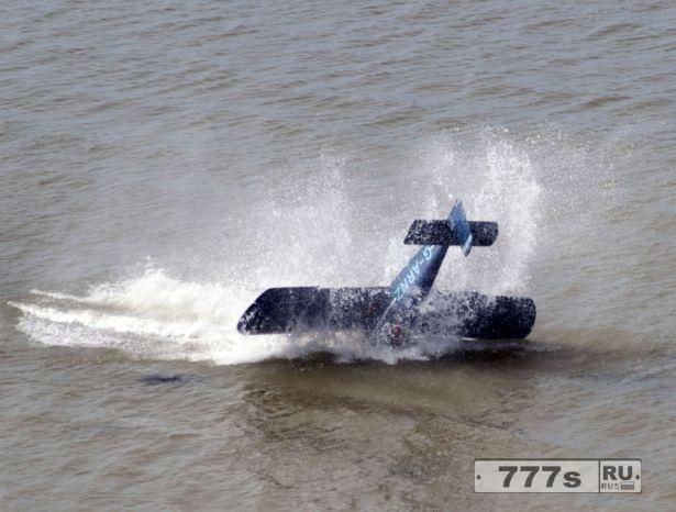 Авария на авиашоу в Herne Bay, пилот упавшего самолета оказался в ловушке.
