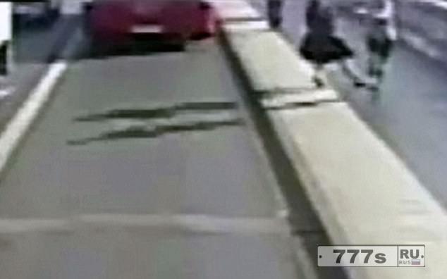 Полиция арестовала человека, 50 лет, подозреваемого в том, что толкнул женщину под автобус на мосту Путни.