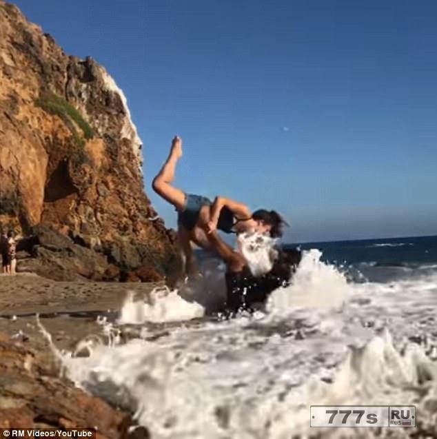 Смешной момент романтическая пляжная йога у пары заканчивается катастрофой.