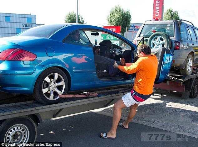 Водитель сражается с окровавленным мигрантом в машине, которую он буксирует в Великобританию.