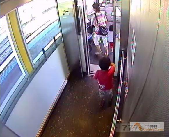 Мать отчаянно пытается спасти своего ребенка с железнодорожных путей после того, как коляска скатилась на рельсы.