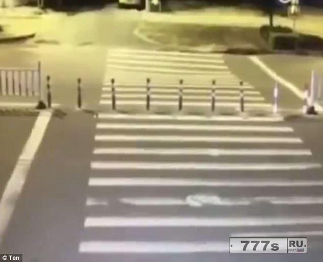 Человек на инвалидном скутере случайно заехал в огромный провал, отвлекшись на свой телефон.