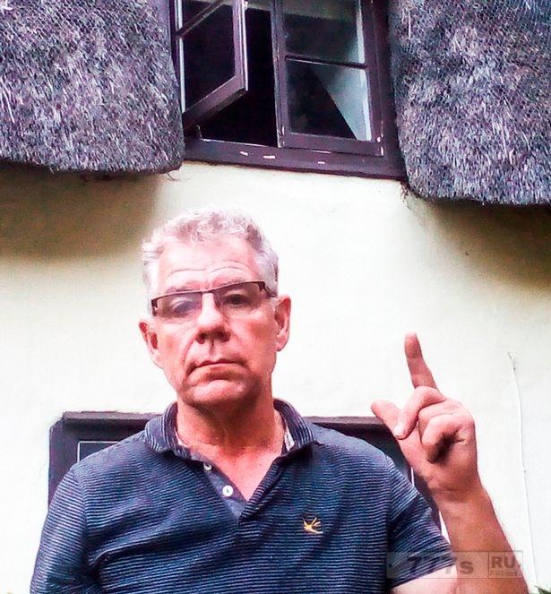 Ужасный момент человек заметил «призрака», открывающего тяжелое окно в его «населенном призраками» коттедже.