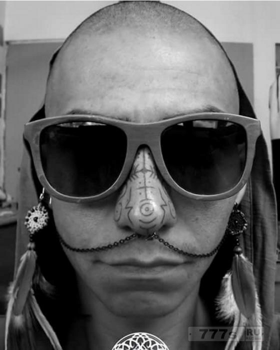 Татуировки носа - это смелый новый тату тренд, который так нравится любителям боди-арта.