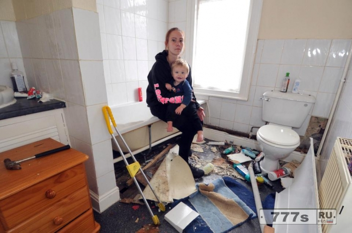 Потрясенная женщина обнаружила гнездо змей за панелью ванны.