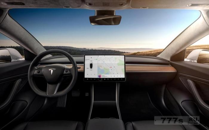 В Tesla Model 3 есть камера, скрытая в зеркале заднего вида, которая может следить за водителем.