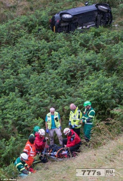 Женщина чудом осталась жива после падения ее машины в овраг глубиной 15 метров.