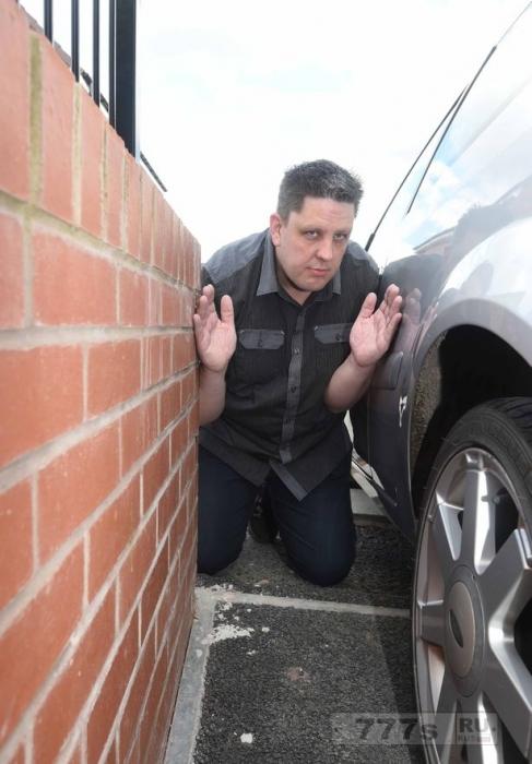 Парковочное место размером всего 2 метра 30 см делает невозможным для пары открыть двери автомобиля.