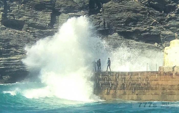 Три подростка играют со смертью, когда они уворачиваются от огромных волн, грохочущих над пирсом.