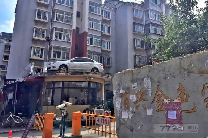 Охранники наняли кран, чтобы поднять незаконно припаркованный автомобиль на крышу, чтобы преподать водителю урок.