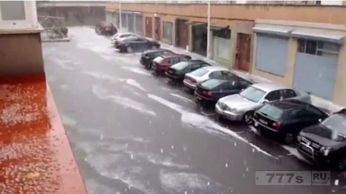 Дома, автомобили и дороги, поврежденные градом в Испании.