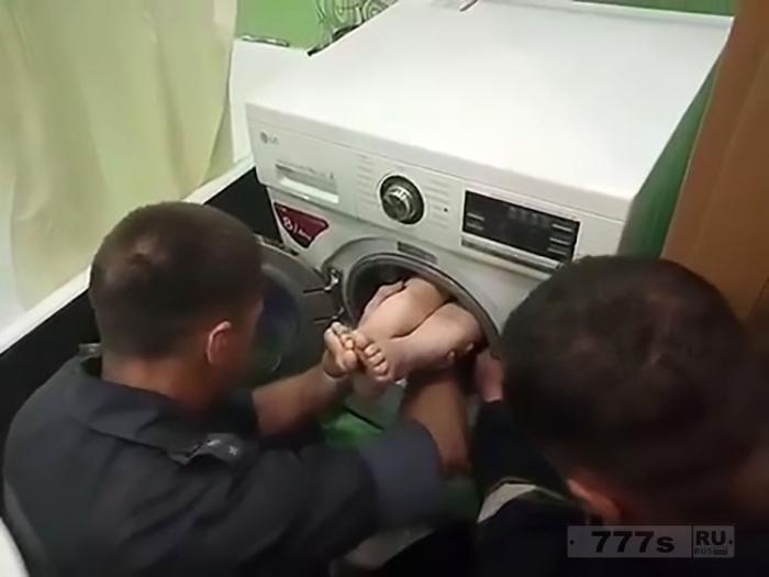 7-летнего мальчика спасли из стиральной машины где он застрял играя в прятки.