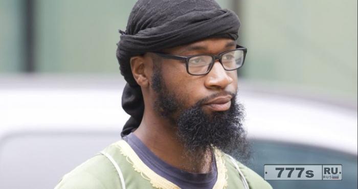 Судья приказывает мусульманину «встать» в знак уважения к суду.