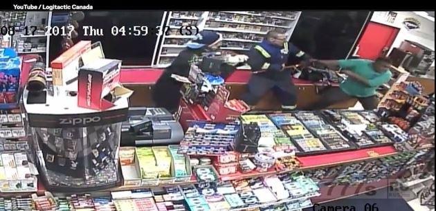 Владелец магазина борется с двумя вооруженными грабителями жидкостью для очистки и газовыми баллончиками.