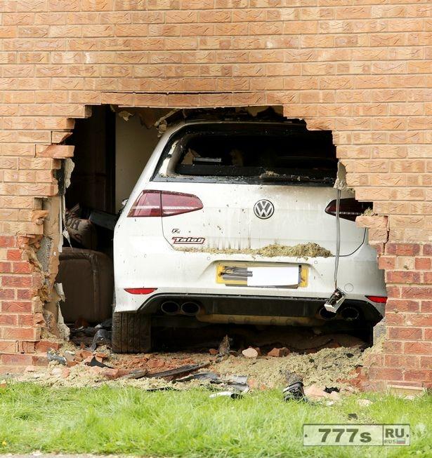 Четверо в больнице после того, как автомобиль пробил стену дома и оказался в гостиной.