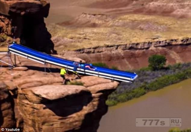 Бэйзджамперы построили большую горку и прыгают с нее в каньон.