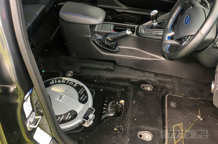 Посетитель фестиваля, когда он вернулся к своей машине, припаркованной на официальной парковке, обнаружил, что передние сиденья у машины отсутствуют.