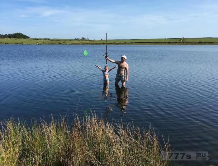 Маленькая девочка ошеломила своей находкой 1,2-метрового мeча в Корнишском водоёме.