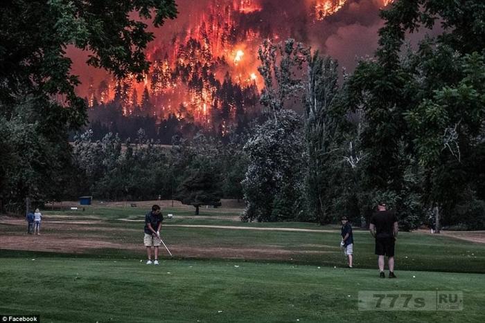 Невероятные фотографии показывают, как гольфисты спокойно продолжают играть на фоне Орегонских лесных пожаров.