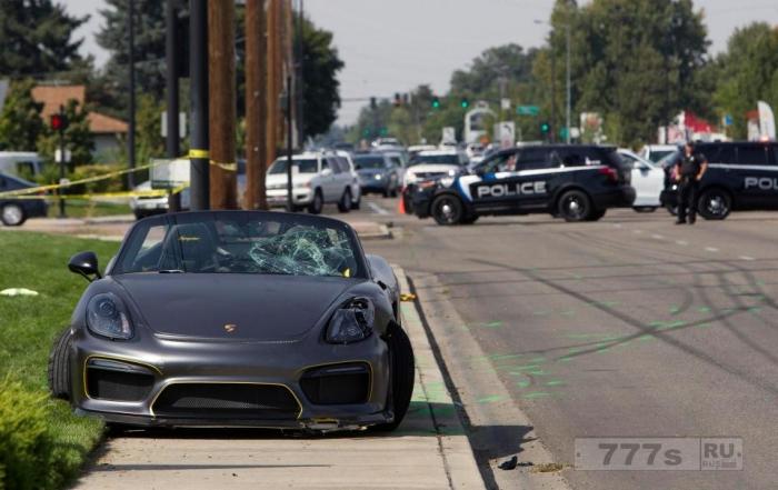 На автосалоне в Айдахо Порш врезался в толпу и травмировал 11 человек.