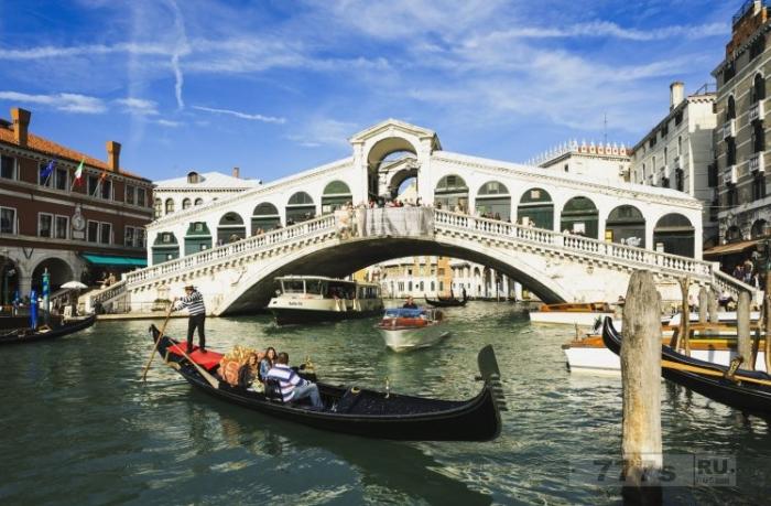 Необыкновенно честная женщина передает деньги в размере 2700 евро, которые она нашла на улице в Венеции.