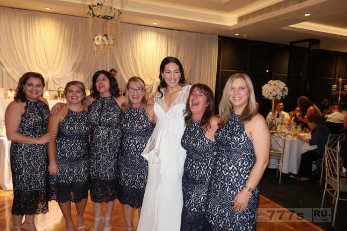 Шесть женщин на свадьбе появились в одинаковом кружевном платье.