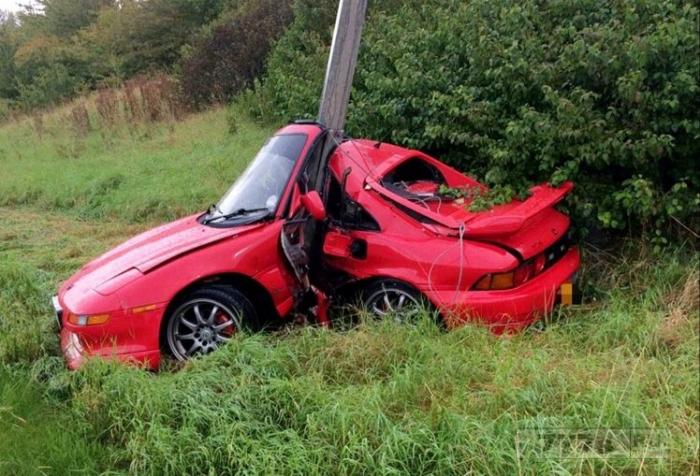 Водитель чудесным образом остался целым и невредимым после столкновения спортивного автомобиля с фонарным столбом.