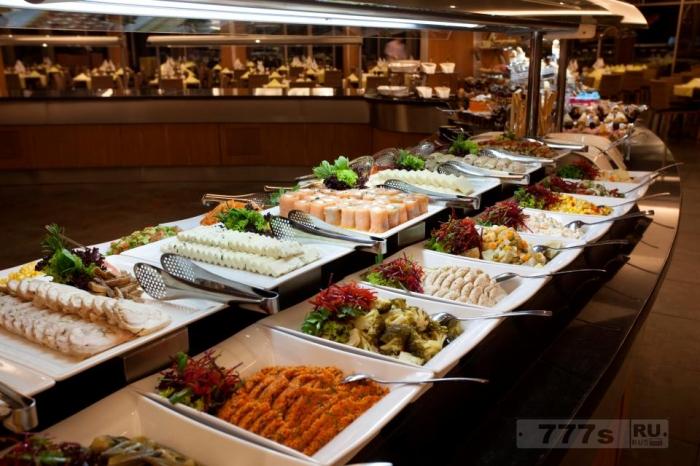Новые исследования показывают, что гости только съедают половину того что выложено.