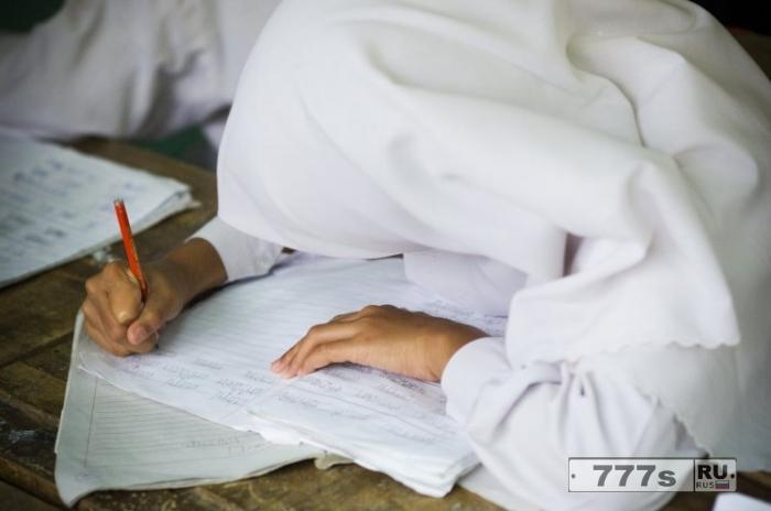 Девочкам в возрасте четырех лет приказали носить хиджабы в школах Англии.