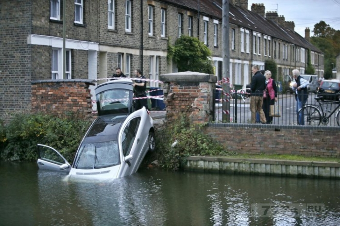 Водитель пробил стену на скорости и упал в Темзу.