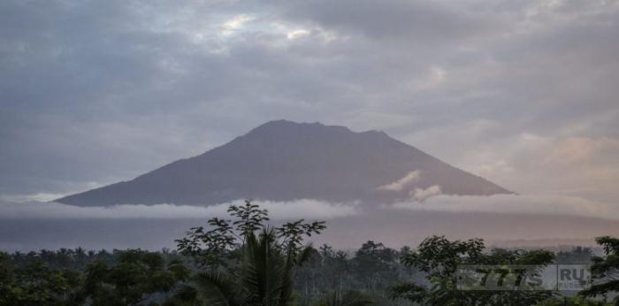 Почти 50 000 человек покинули предгорье вулкана Маунт Агун из-за опасений, что он может вот-вот взорваться.