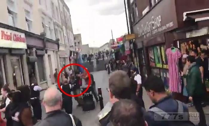 Мужчина арестован за «атаку с самурайским мечом» в поезде Восточного Лондона.