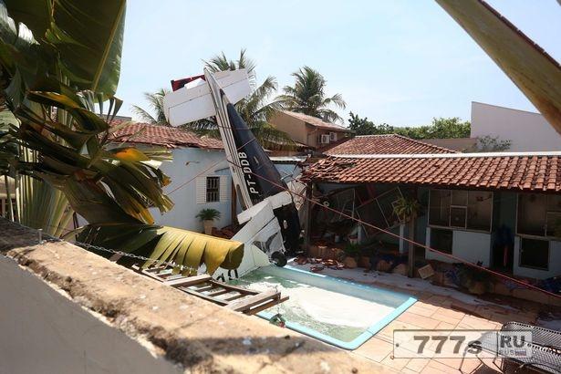 Убито трое человек во время авиакатастрофы в садовом бассейне.